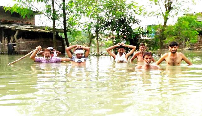 गोपालगंज में बाढ़ के पानी में बह गये बच्चे समेत चार लोग, तीन की मौत, एक लापता