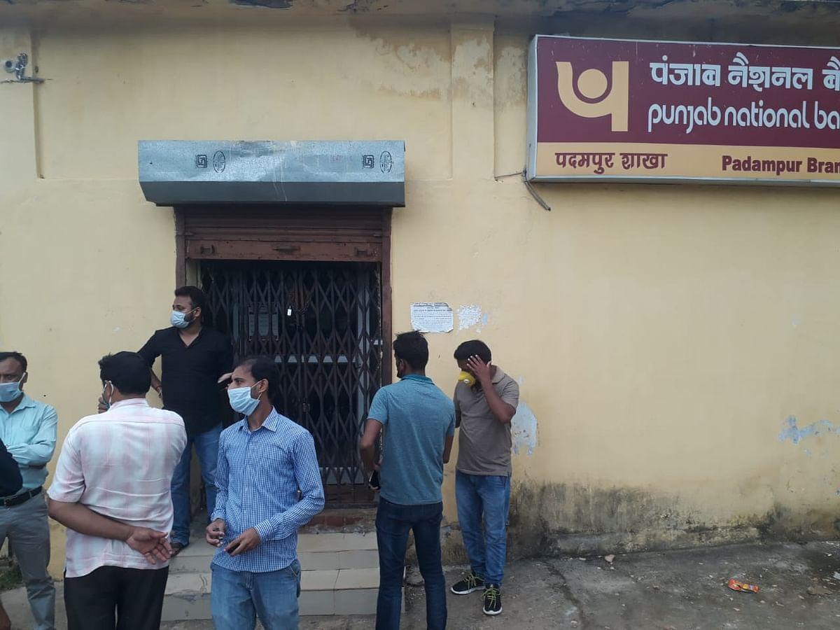 खरसावां के पंजाब नेशनल बैंक में चोरी की कोशिश,  ताला तोड़ने में रहे असफल
