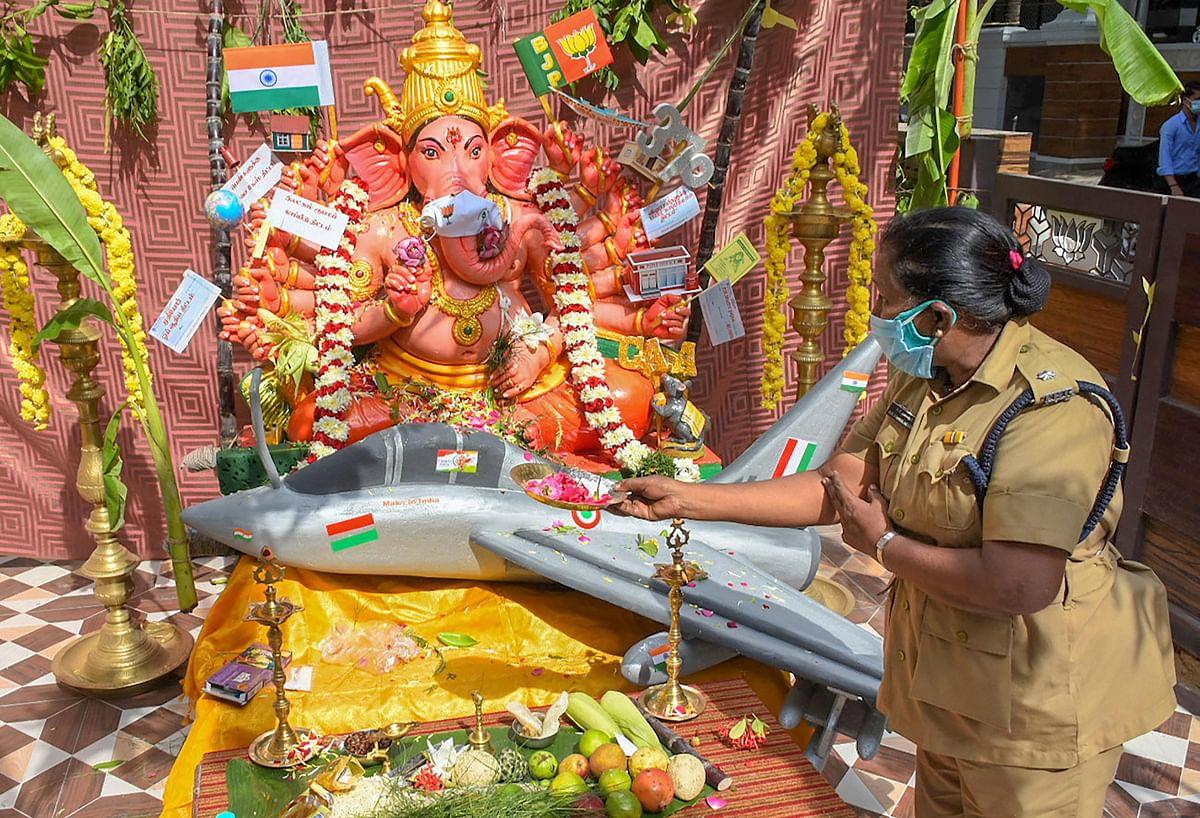 चेन्नई में भगवान गणेश की आराधना करती पुलिस कॉन्स्टेबल