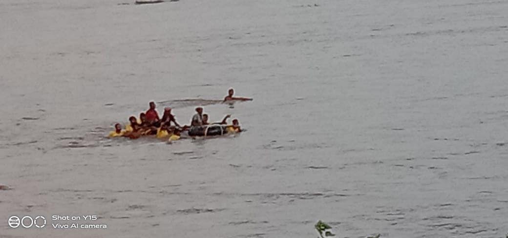 चतरा की लीलाजन नदी में आयी बाढ़ में 8 चरवाहों समेत दो दर्जन मवेशी बहे, रेस्क्यू कर सुरक्षित निकाले गये, एक अन्य का शव बरामद