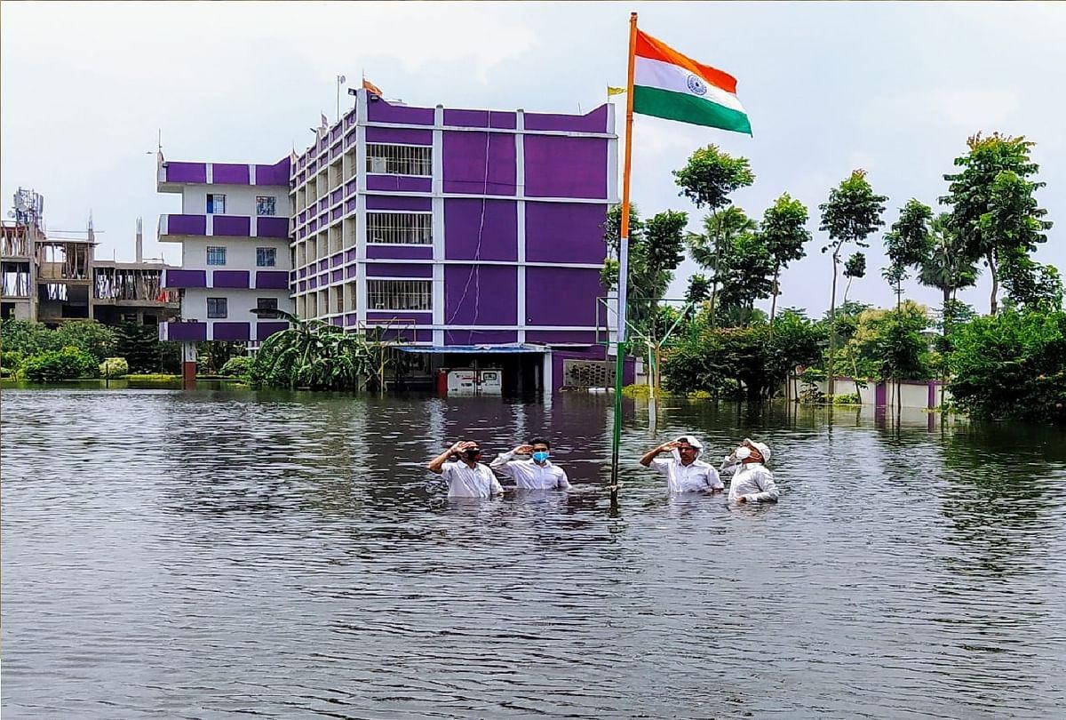 बिहार में बाढ़ के पानी में घुसकर कुछ इस तरह फहराया गया तिरंगा, तसवीरें वायरल