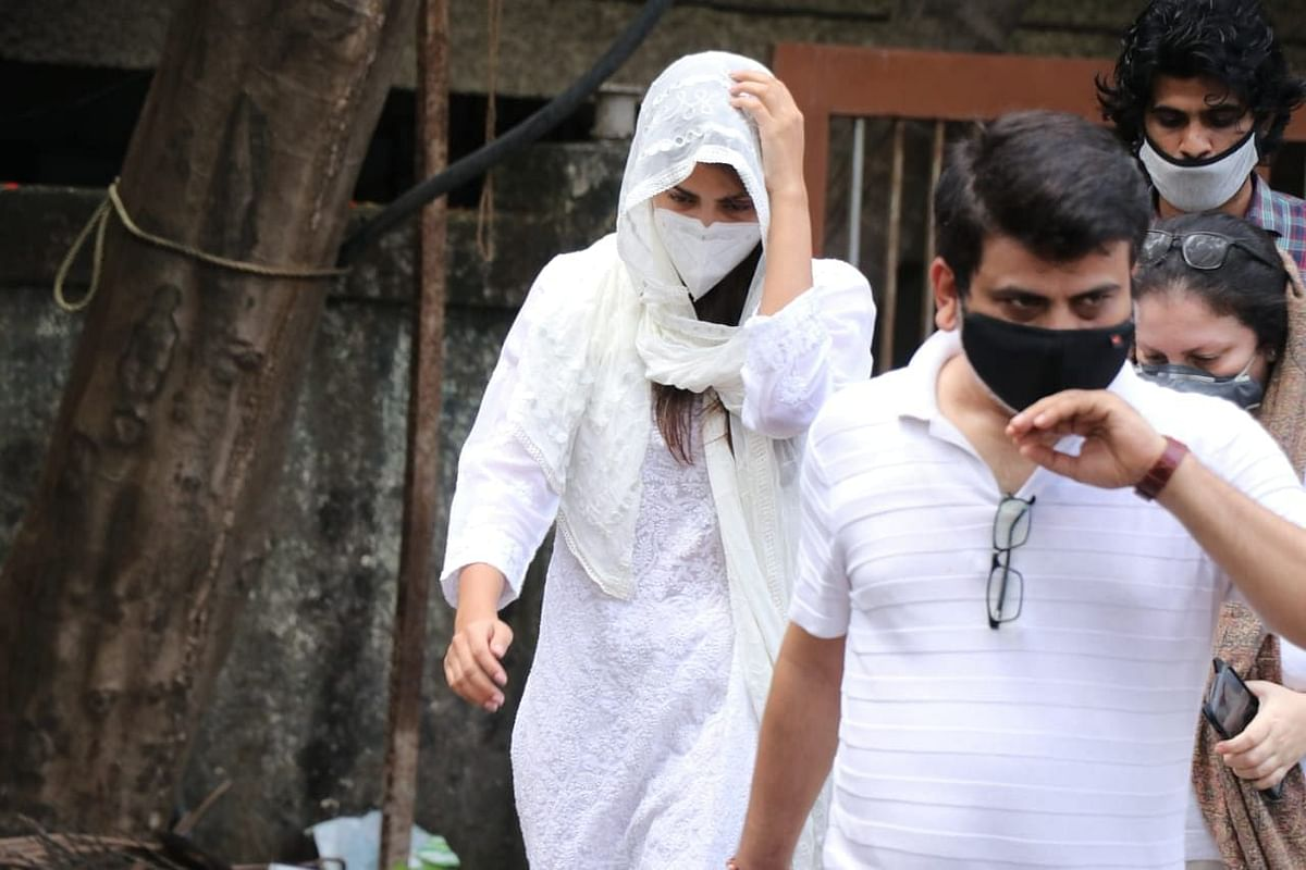 Sushant Case Updates : NCB दफ्तर पहुंची रिया चक्रवर्ती, ड्रग्स कनेक्शन में होगी पूछताछ