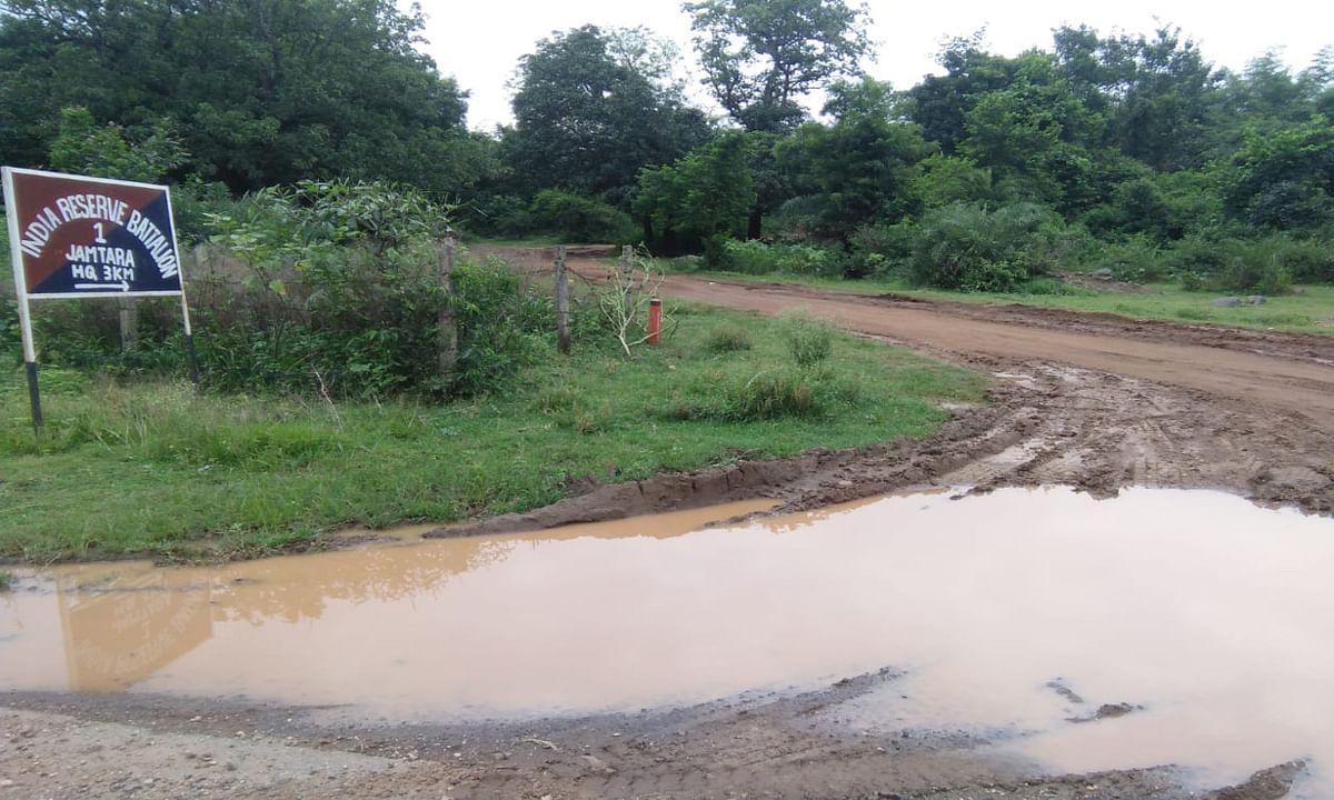 12 साल से नहीं बनी आईआरबी कैंप जाने वाली सड़क, बारिश में चलना हुआ दूभर
