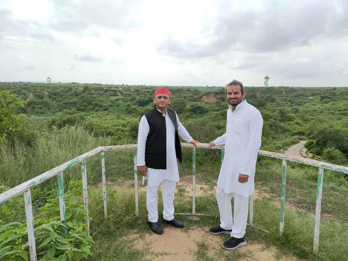 तेज प्रताप यादव ने तस्वीर शेयर करते हुए लिखा कि अखिलेश सरकार में निर्मित किए गए इटावा सफारी पार्क का दीदार अखिलेश यादव जी के साथ. विकास की नई बयार थी जब उत्तर प्रदेश में इनकी सरकार थी.