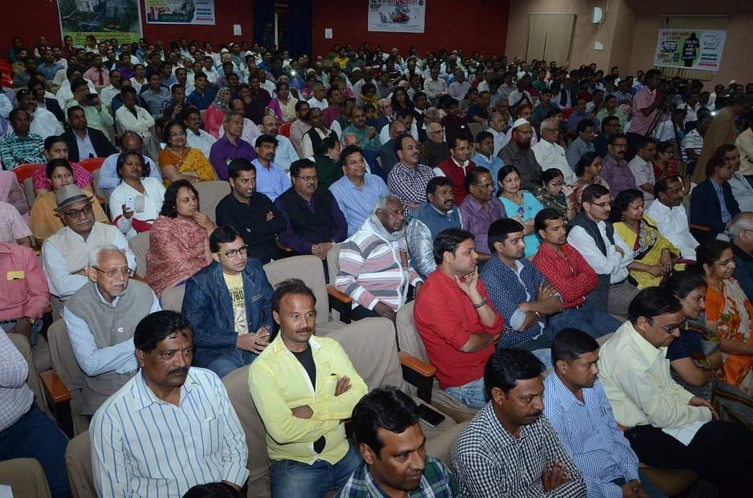 मारवाड़ी कॉलेज ऑडिटोरिम में राहत इंदौरी को सुनते लोग