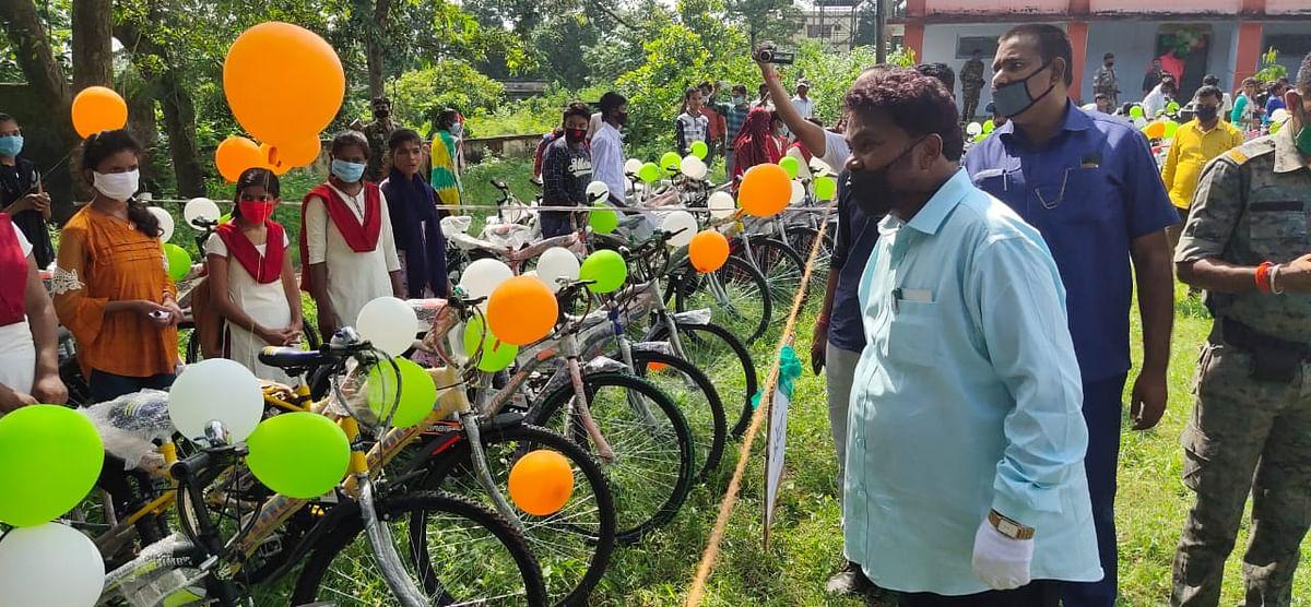 Good News : शिक्षा मंत्री जगरनाथ महतो ने मैट्रिक के बोकारो टॉपर को दी बाइक, 75 फीसदी से अधिक अंक लानेवालों को मिली साइकिल