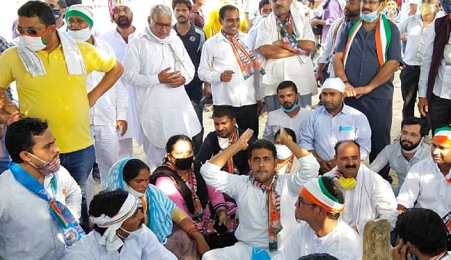 हाथरस की घटना को लेकर कांग्रेस और 'भीम आर्मी' ने किया प्रदर्शन, कांग्रेस ने पुलिस पर लगाया कार्यकर्ताओं को पीटने का आरोप