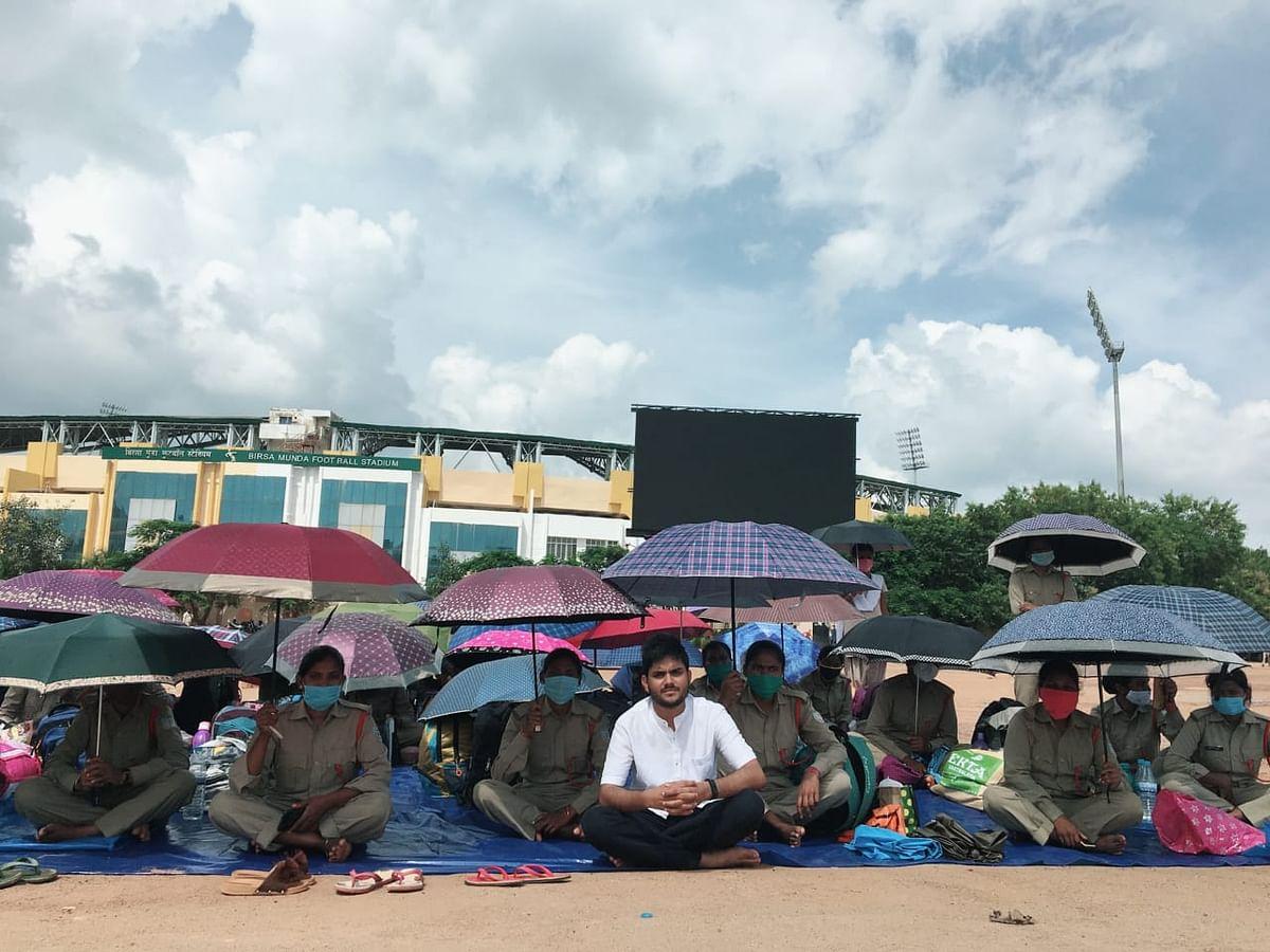 दिन में खुले आसमान के नीचे ऐसे छाता लगाकर धूप से बचती हैं महिलाएं. आम आदमी पार्टी ने दिया आंदोलन को समर्थन.