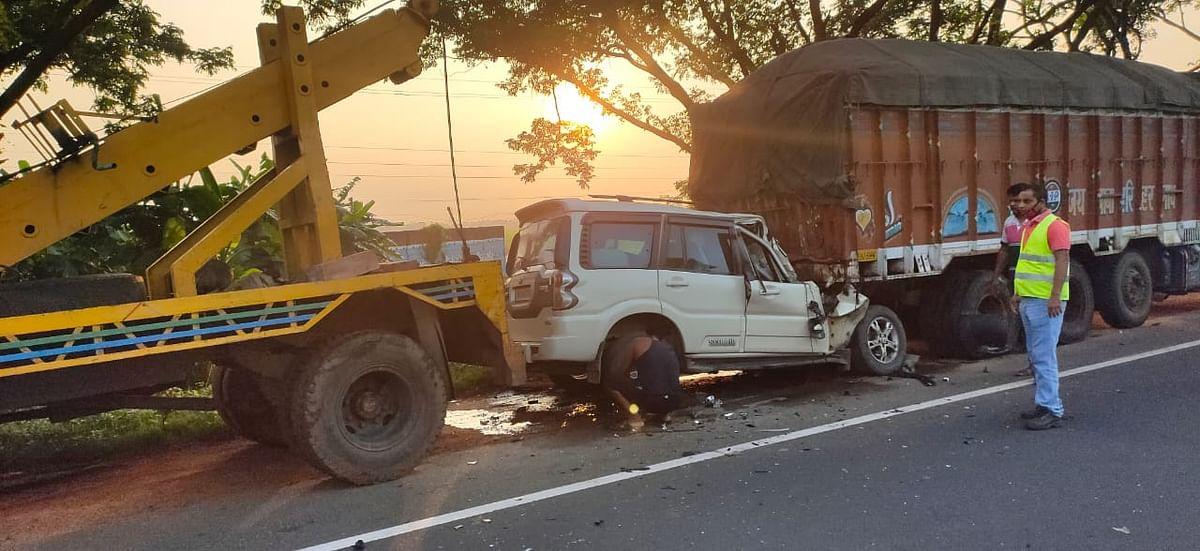 हुगली जिला में पुलिस की कार पीछे से ट्रक से जा टकरायी.