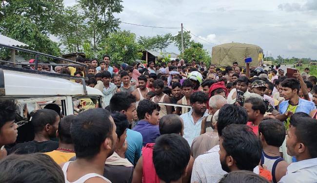 हादसे के बाद घटनास्थल पर उमड़ी लोगों की भीड़