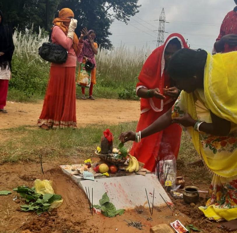 भारी संख्या में गांव की महिलाओं ने आकर भगवान शिव की पूजा-अर्चना की.