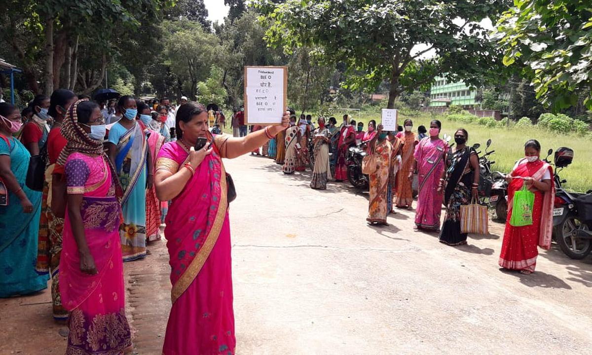 महुआडांड बीईईओ के खिलाफ सड़क पर उतरे शिक्षक, आर्थिक और मानसिक प्रताड़ना का लगाया आरोप