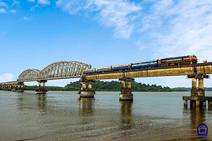 IRCTC/Indian Railways Latest Updates : रेलवे के इतिहास में पहली बार 240 किमी बिना रुके दौड़ी ट्रेन, जानिए वजह
