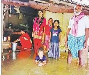 पहले दबंगों ने घर से किया बेघर, अब बाढ़ से हो रहे तबाह