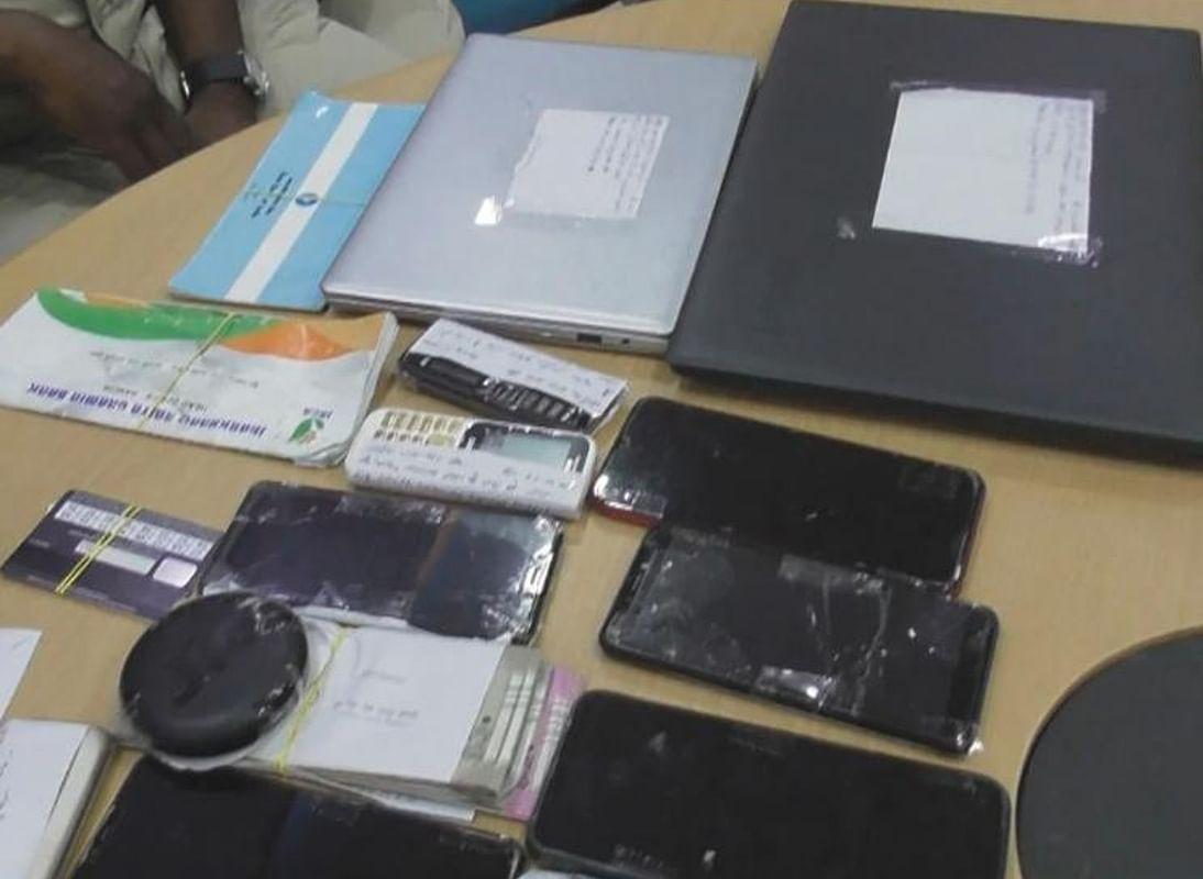 दो लैपटॉप, स्टेट बैंक और एक अन्य बैंक के पासबुक के अलावा मोबाइल फोन भी हुए हैं बरामद.