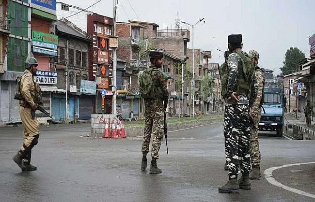 जम्मू-कश्मीर: आतंकवादी हमले में सीआरपीएफ जवान शहीद, सर्विस राइफल लेकर भागे आतंकी