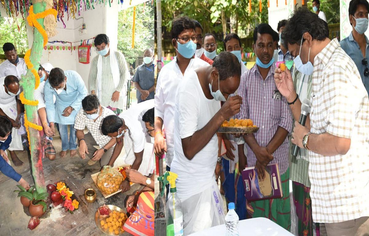 Jharkhand news : दुमका के दिसोम मांझी थान में पूजा- अर्चना करते और प्रसाद ग्रहण करते मुख्यमंत्री हेमंत सोरेन.