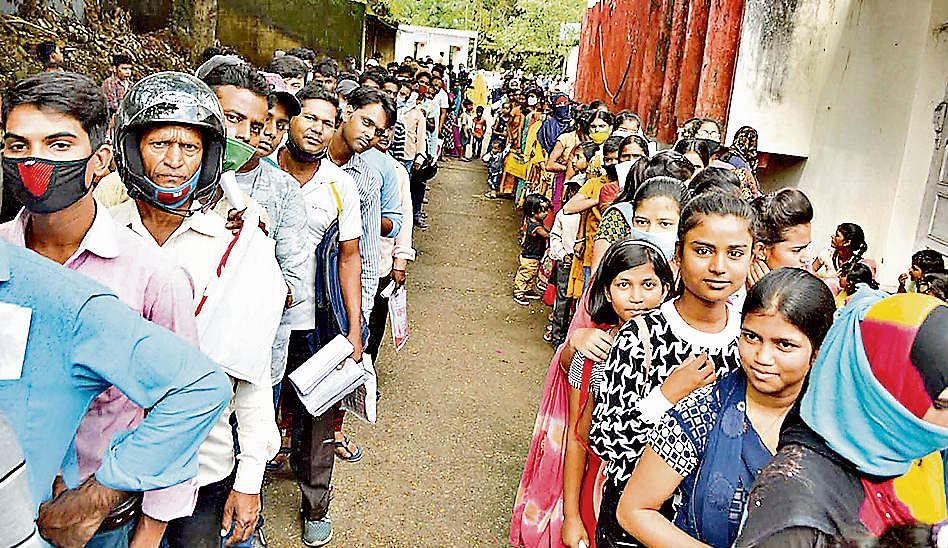 Aadhar Card : आधार कार्ड बनवाने के लिए लग रही लंबी लाइन, मिल रहा है 10 से 15 दिन का नंबर