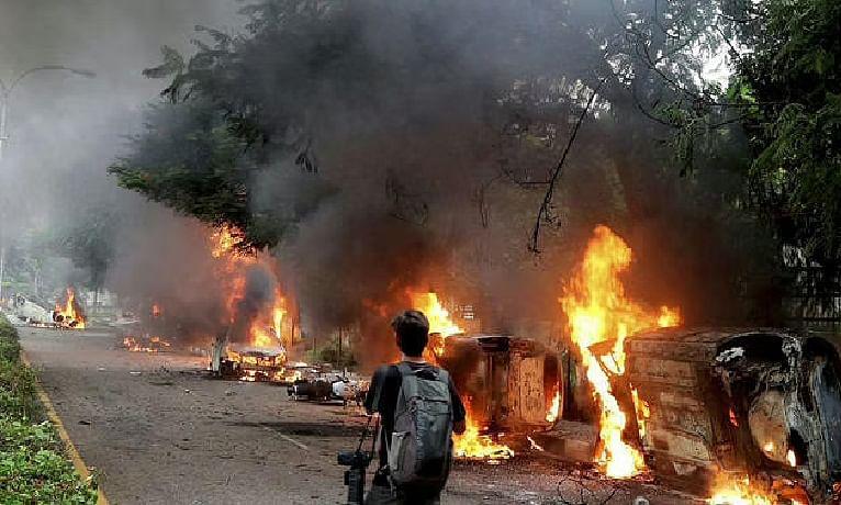"""""""दिल्ली दंगा"""" चार्जशीट दायर : 10 हजार से ज्यादा पन्ने, बॉक्स लेकर दो गाडि़यों में कोर्ट पहुंची पुलिस"""