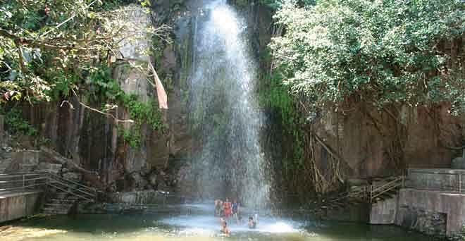 कोरोना काल में भी राजगीर की वादियों में झरने का आनंद ले रहे पर्यटक