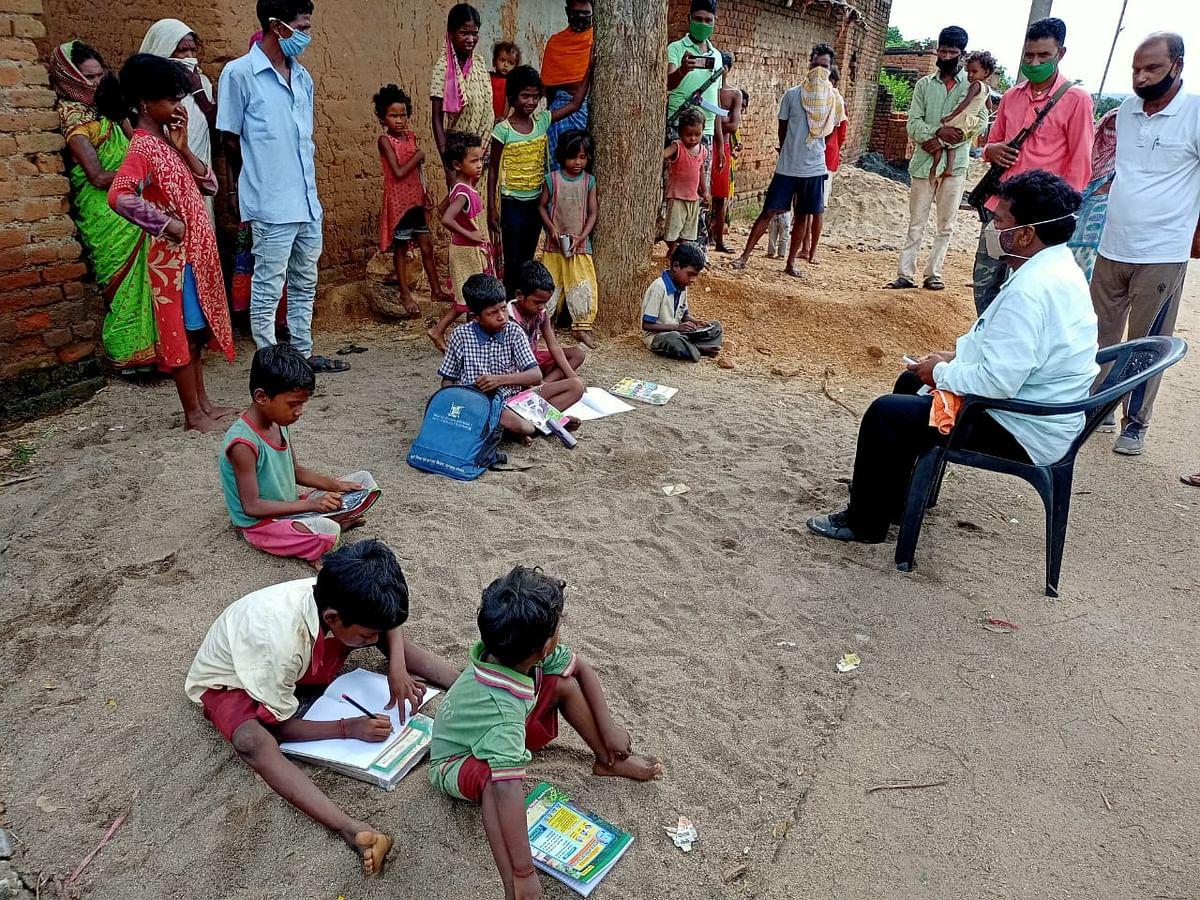 कोरोना काल में जब स्कूल बंद हैं, तो गांव जाकर बच्चों को पढ़ा रहे हैं झारखंड के शिक्षा मंत्री जगरनाथ महतो