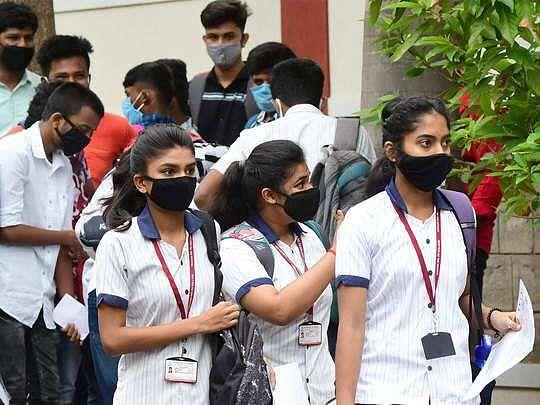 Fact Check : मोदी सरकार छात्रों को फीस भरने के लिए देगी 11 हजार रुपए ? जानें दावे की सच्चाई