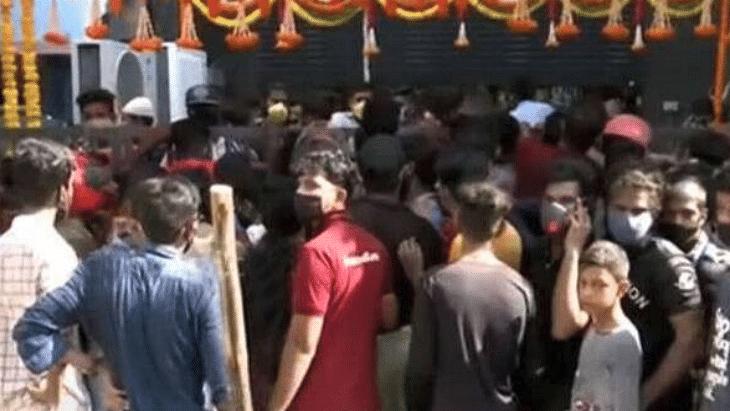 VIDEO: 9 रुपये में एक टी-शर्ट के लिए दुकान पर उमड़ी भारी भीड़,  प्रशासन ने लिया एक्शन