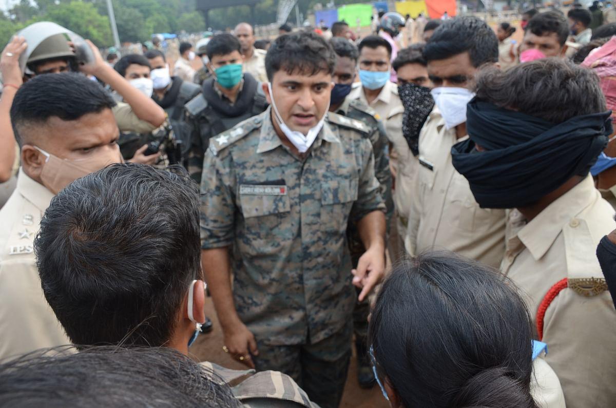 रांची के एसएसपी सुरेंद्र कुमार झा ने सहायक पुलिसकर्मियों को समझाया.