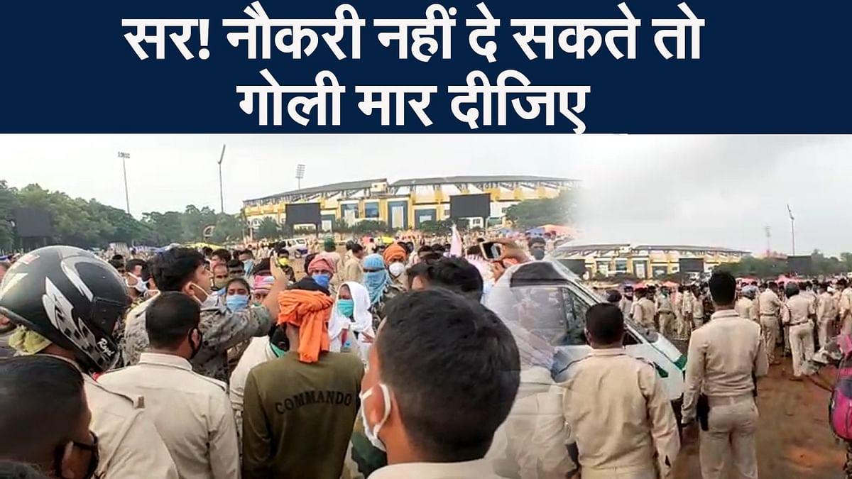 झारखंड में राजभवन का घेराव करने जा रहे सहायक पुलिसकर्मियों पर लाठीचार्ज