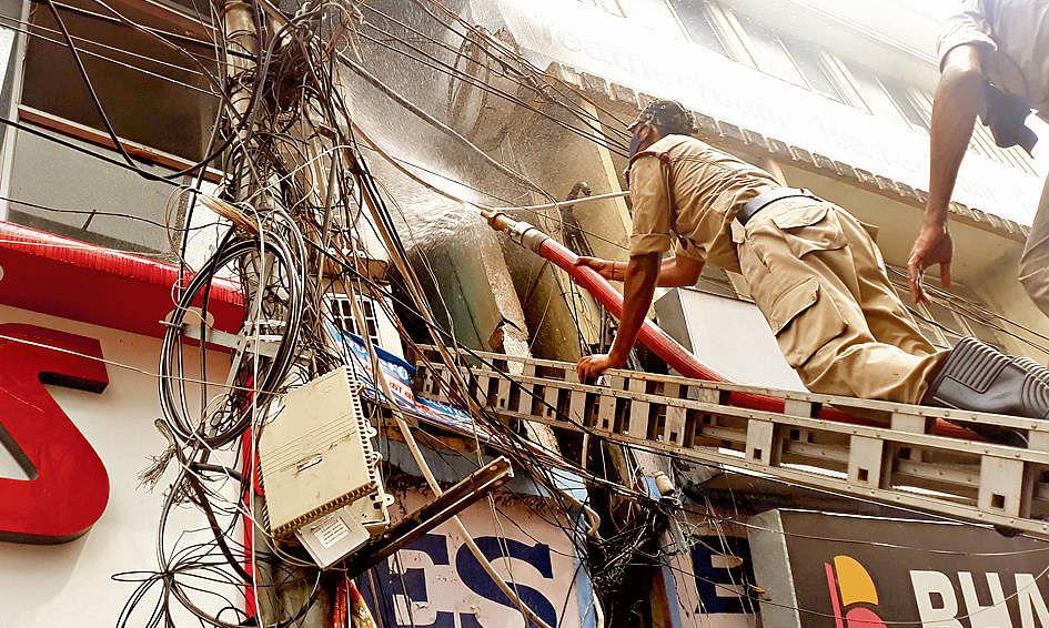 इलेक्ट्रॉनिक दुकान में लगी भीषण आग से एक करोड़ की संपत्ति स्वाहा, जानिये क्यों आग बुझाने में हुई इतनी परेशानी