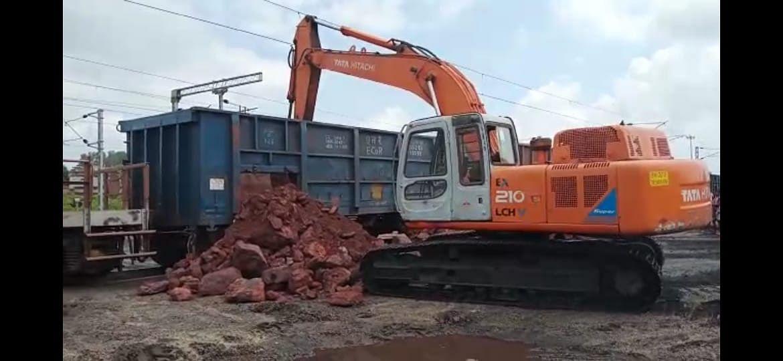 नियमों को ताक में रखकर कुजू रेलवे साइडिंग में खाली करवाये जा रहे है आयरन और कोयला