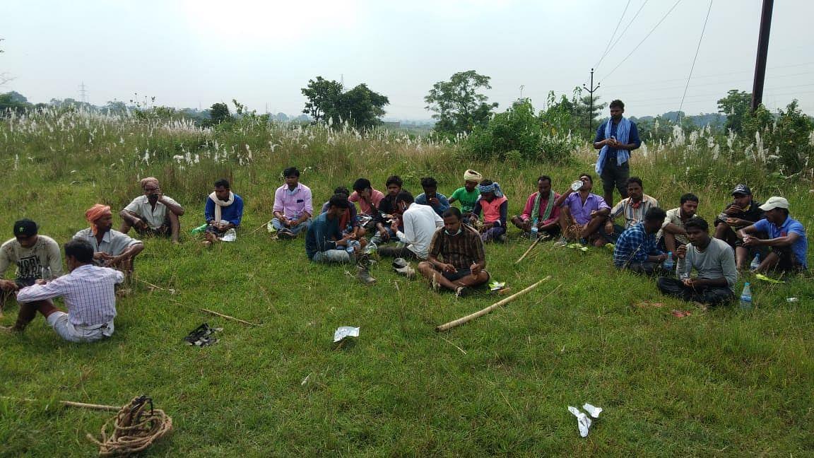 लाठी-डंडों के साथ नाले के चप्पे-चप्पे को खंगालते रहे हजारीबाग से आये उमेश राणा के ग्रामीण और रिश्तेदार.