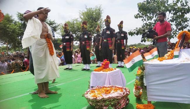 गार्ड ऑफ ऑनर के साथ शहीद मनोज शर्मा को दी गयी अंतिम विदाई, कोरोना पॉजिटिव आने के कारण लेह में किया गया था अंतिम संस्कार