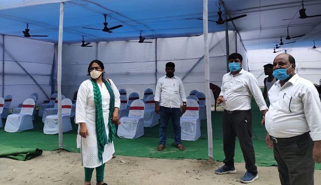 हसनपुर गंगा नदी घाट पर राजकीय सम्मान की तैयारी का जायजा लेते डीसीएलआर मोना झा, बीडीओ डॉ सुदर्शन व नप कार्यपालक पदाधिकारी जगरनाथ यादव