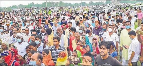 वैशाली गढ़ पर जुटी लोगों की भीड़