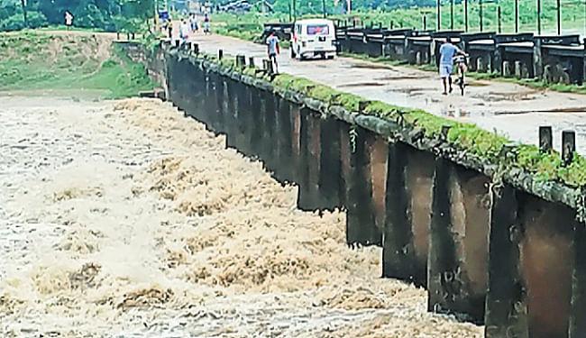 पूर्वी चंपारण की नदियों में उफान, ढाका-शिवहर का संपर्क टूटा, लालबकेया और महानंदा नदी खतरे के निशान से ऊपर