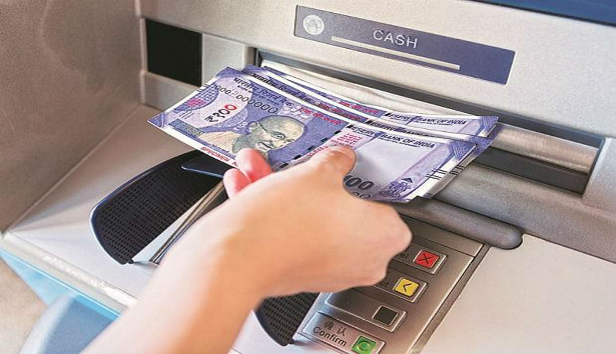 SBI ATM से कैश निकालने के नियम बदले, साथ रखना होगा रजिस्टर्ड मोबाइल, विस्तार से पढ़ें ये अपडेट