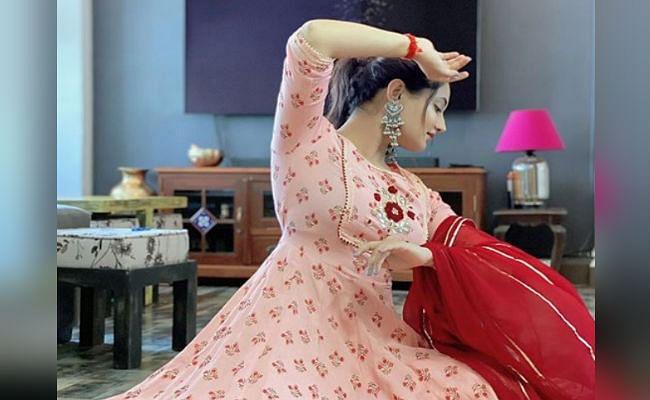 अभिनेत्री रश्मि देसाई ने तसवीर शेयर कर समझाया इस शब्द का मतलब, फैंस बोले- आपके आंचल की तरह...