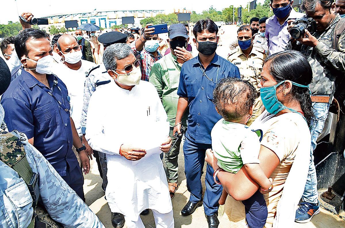 भारतीय जनता पार्टी के विधायक दल के नेता बाबूलाल मरांडी आंदोलन कर रहे सहायक पुलिसकर्मियों से मिले. सरकार को संवेदनहीन बताया.