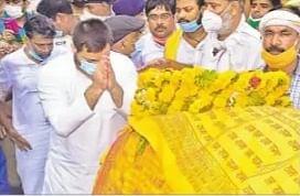 रघुवंश बाबू को नमन करते नेता प्रतिपक्ष तेजस्वी यादव व अन्य .