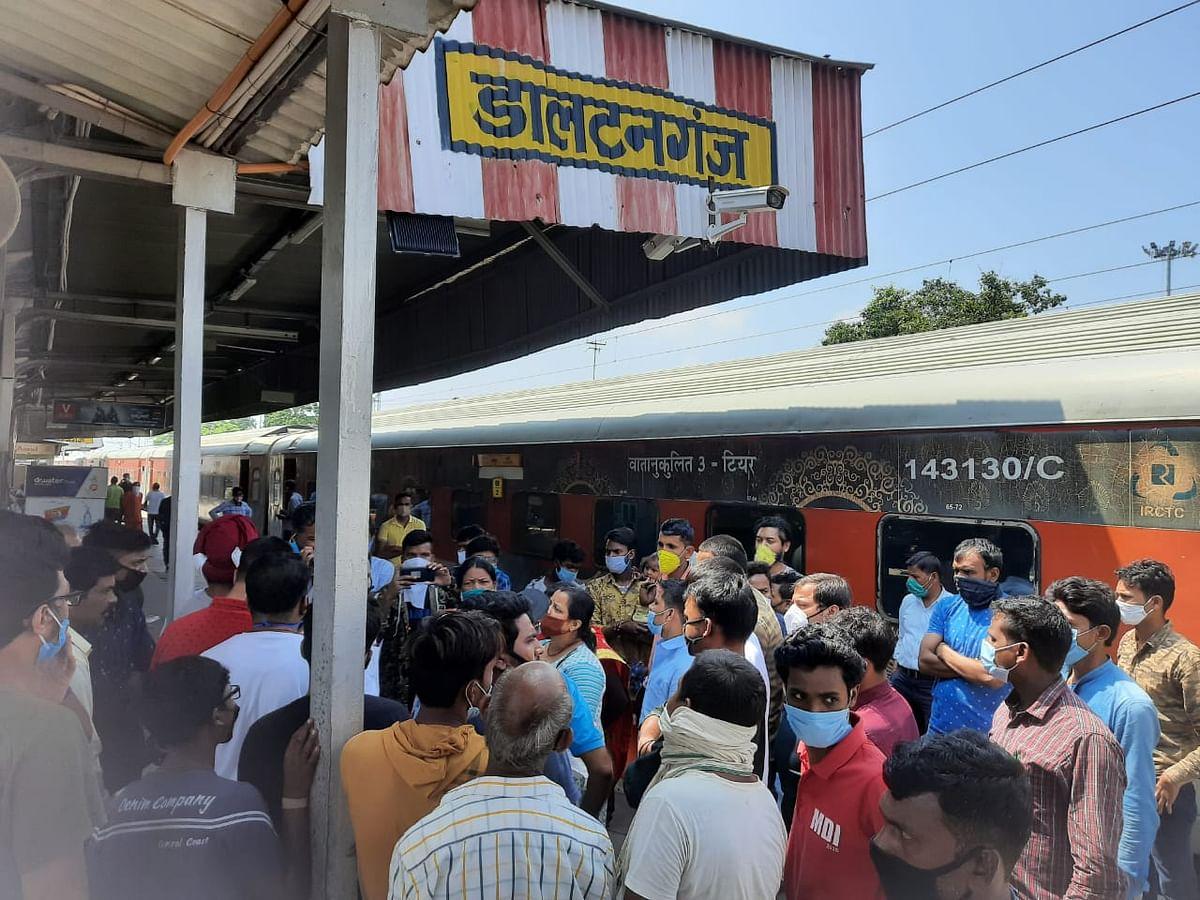 पलामू में डालटनगंज रेलवे स्टेशन पर यात्रियों की भीड़