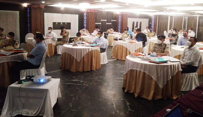 बैठक में भाग लेते अधिकारी