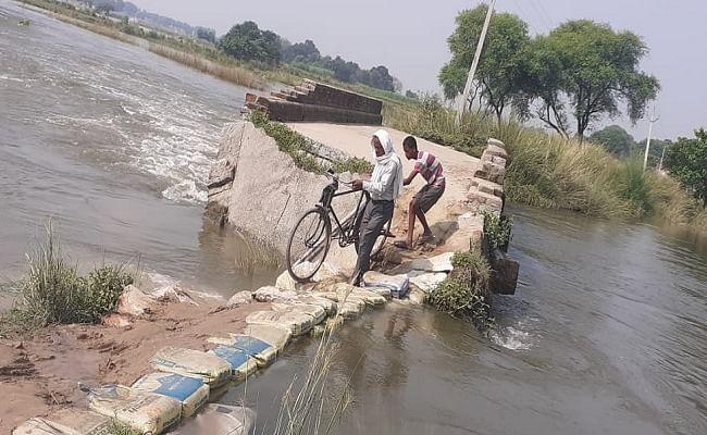 पानी के तेज बहाव के कारण लकड़ा नदी पर बना पुल ध्वस्त, यहां समय रहते प्रशासन को चेतना जरूरी नहीं तो हो सकता है बड़ा हादसा...