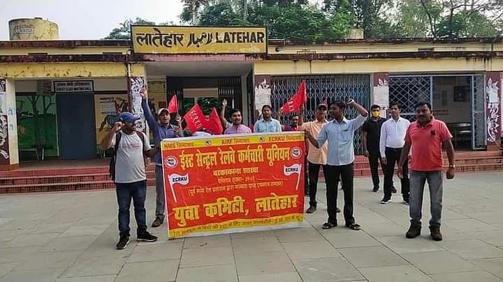 IRCTC/Indian Railway : रेलवे कर्मचारियों ने क्यों किया विरोध प्रदर्शन, क्या हैं इनकी मांगें ? पढ़िए ये रिपोर्ट