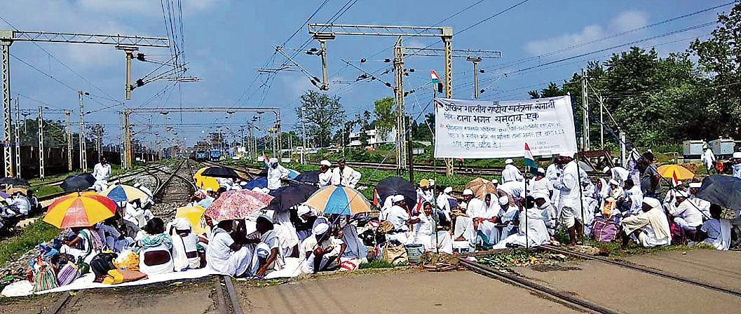 टाना भगतों का आंदोलन : टोरी में ट्रैक जाम, कई ट्रेनों के रूट बदले