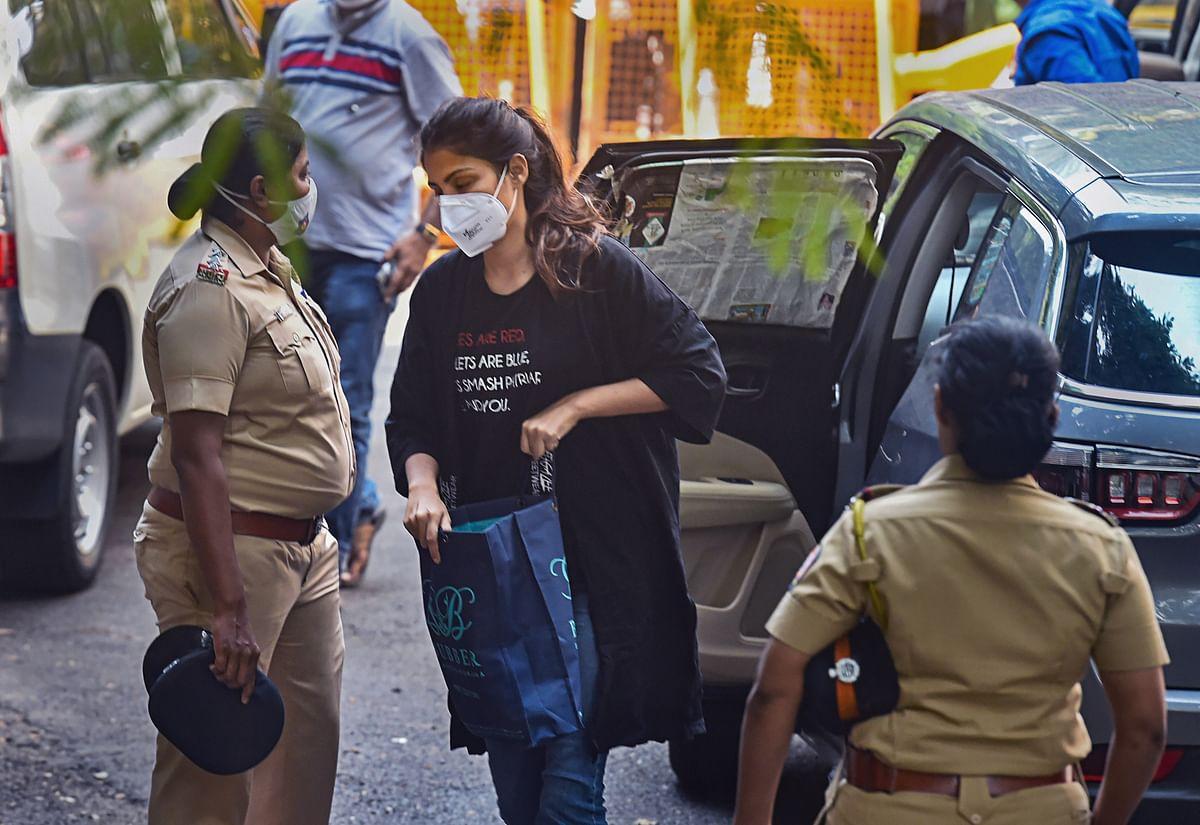 सुशांत केस में बड़ी कार्रवाई, रिया चक्रवर्ती 3 दिन लंबी पूछताछ के बाद गिरफ्तार, 14 दिन की न्यायिक हिरासत
