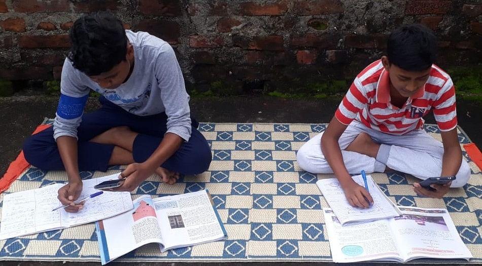 Jharkhand News : ग्रामीण इलाकों में ऑनलाइन क्लास करना हुआ मुश्किल, नेटवर्क ही ढूंढते रह जा रहे छात्र