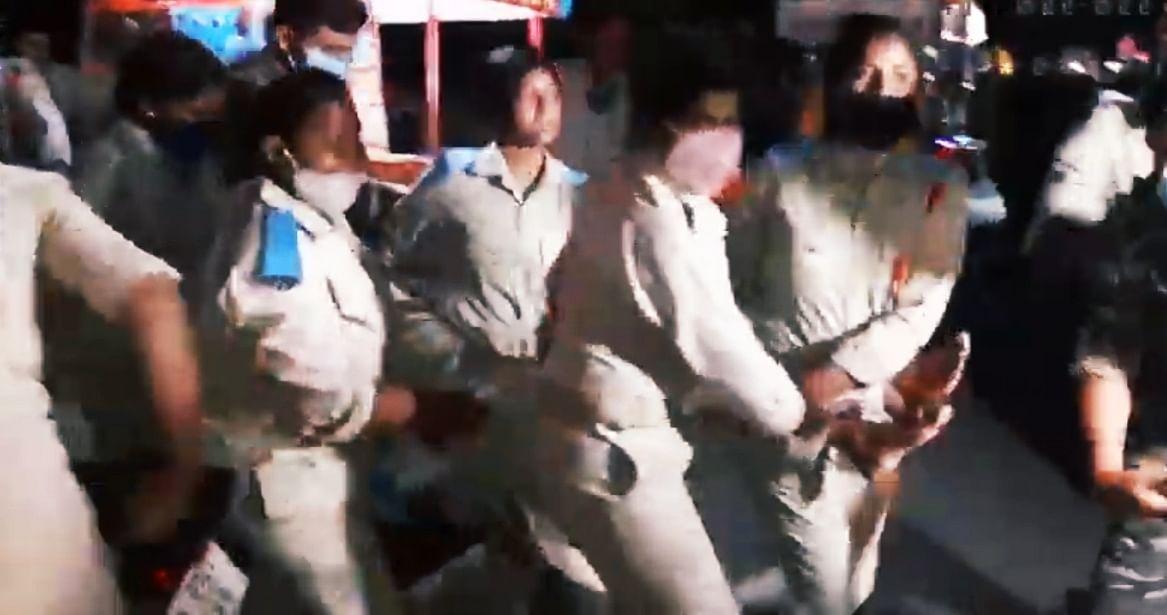 घायल महिला पुलिसकर्मी को इस तरह ले जाया गया.