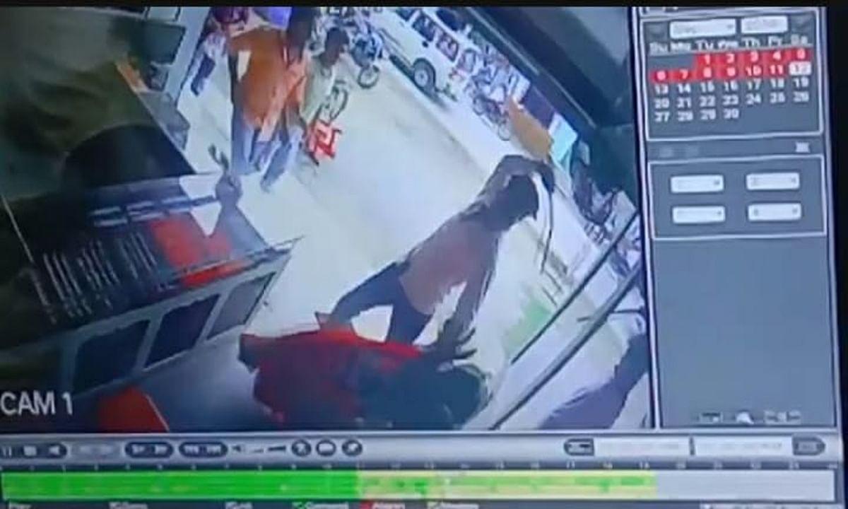 3 युवकों की गुंडागर्दी सीसीटीवी में कैद, दुकान में घुसकर मां, बेटे और चाची के साथ किया मारपीट