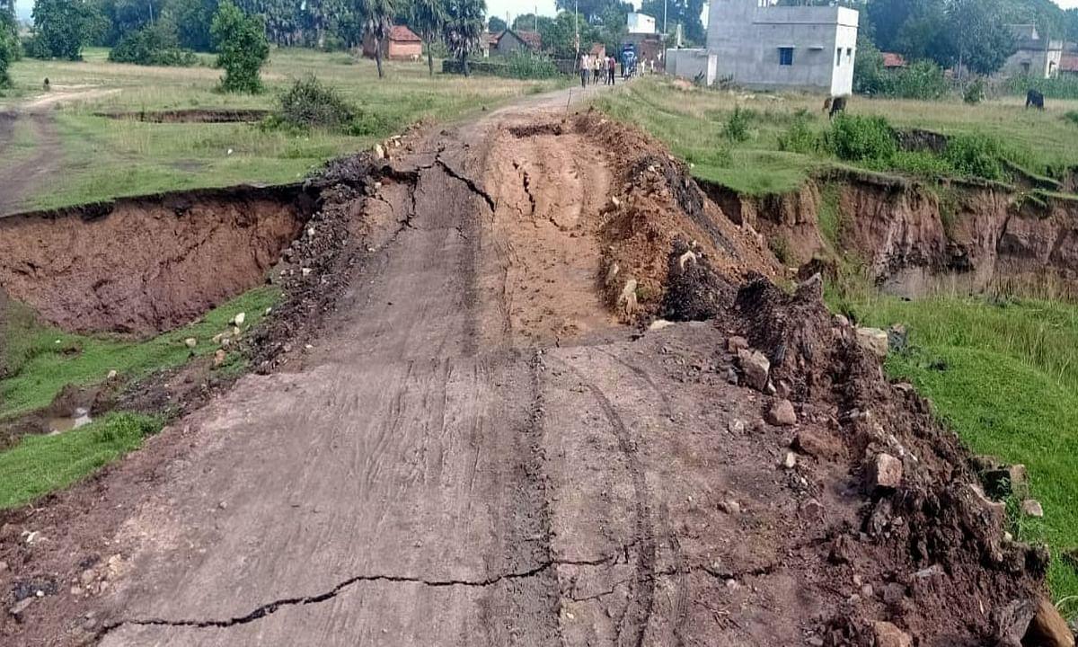 गौरांडी कोल ब्लॉक क्षेत्र में हुई धंसान, मंदिरा- कांसकुली मुख्य मार्ग 50 मीटर हुआ क्षतिग्रस्त